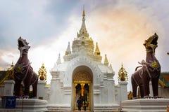 Die Paare gingen zur Tür von Wat Phra That Hariphunchai E stockbild