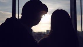 Die Paare trafen sich im Flughafen stock video