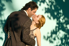Die Paare vor einem grünen Hintergrund Stockbilder