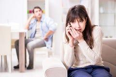 Die Paare, die zu Hause auf einander betrügen lizenzfreie stockfotos