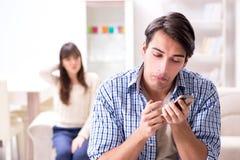 Die Paare, die zu Hause auf einander betrügen stockfotografie