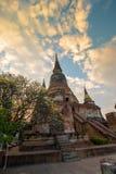 Die Pagode und der Buddha-Status bei Wat Yai Chaimongkol, Ayutthaya, Stockbild