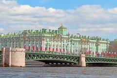 Die Palastbrücke und der Winter-Palast in St Petersburg können DA Lizenzfreie Stockfotos