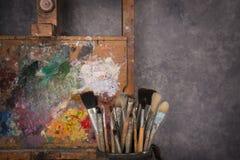 Die Palette des Künstlers, Bürsten, Gestell stockfotografie