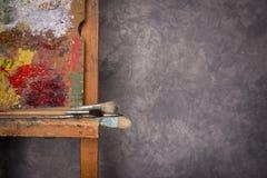 Die Palette des Künstlers, Bürsten, Gestell lizenzfreies stockbild