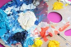 Die Palette des Künstlers mit Acrylfarben und Bürste stockbilder