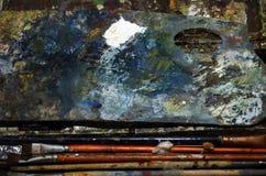 Die Palette und die Bürsten des Malers stockbilder