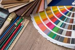 Die Palette von Farbsatzbleistiften und -taschenrechner Stockbilder