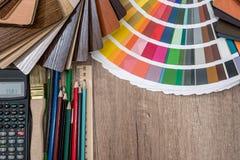 Die Palette von Farbsatzbleistiften und -taschenrechner auf einem hölzernen Lizenzfreies Stockfoto