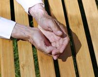 Die Palmen von geknitterten Händen eines älteren Mannes Stockfoto