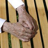 Die Palmen von geknitterten Händen eines älteren Mannes Lizenzfreie Stockfotografie
