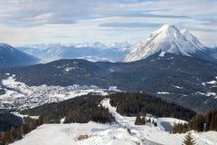 Die panoramische Draufsicht der europäischen Gebirgsskiregion Stockfotos