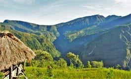Die panoramischen Reisterrassen angesehen von einem Bauernhof stockbild