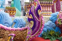 Die Paradeautos werden mit vielen Blumensorten im Jahrbuch 42. Chiang Mai Flower Festival verziert Stockbilder