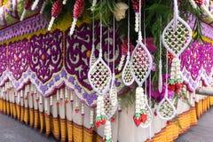 Die Paradeautos werden mit vielen Blumensorten im Jahrbuch 42. Chiang Mai Flower Festival verziert Lizenzfreies Stockfoto