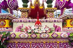 Die Paradeautos werden mit vielen Blumensorten im Jahrbuch 42. Chiang Mai Flower Festival verziert Stockbild