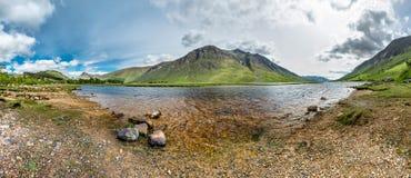 Die paradisal Landschaft von Glen Etive mit der Flussmündung Etive, Schottland stockbild