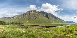 Die paradisal Landschaft von Glen Etive mit der Flussmündung Etive, Schottland stockfotos