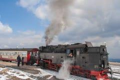 Die Passagiere, die den historischen Dampf verschalen, bilden im Harz aus Stockbild
