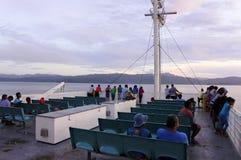 Die Passagiere, die von der Inter- Insel bordeigen sind, setzen in Fidschi über stockfotografie
