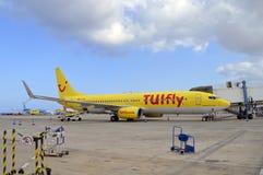 Die Passagiere, die Form ein TUI ausschiffen, fliegen Boeing 737 800 Flugzeuge lizenzfreie stockfotos