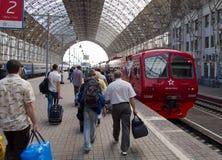 Die Passagiere sind auf der Plattform des Bahnhofs Aeroexpress Kiews an Vnukovo-Flughafen Stockfotografie