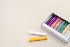 Die Pastelle im Kasten auf einem festen Hintergrund Stockfotos
