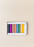 Die Pastelle im Kasten auf einem festen Hintergrund Lizenzfreies Stockfoto
