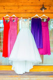 Die perfekte Hochzeitsfrau kleidet das Hängen außerhalb des Holzhauses lizenzfreie stockbilder