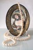 Die Perlen und eine dekorative Platte Stockbild