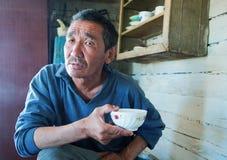 Die Person der Eingeborene von Asien trinkt Tee lizenzfreies stockfoto