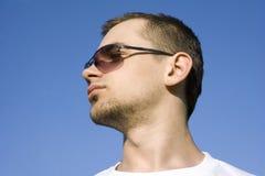 Die Person des jungen Kerls gegen den Himmel Lizenzfreie Stockfotografie