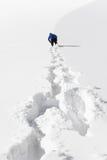 Die Person, die auf Schnee geht Stockbild