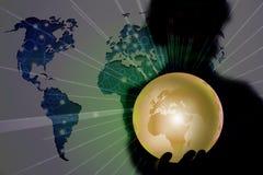 Die Person, die Erde im Globalisierungskonzept hält Lizenzfreie Stockbilder