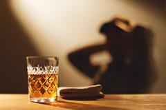 Die Person, die nach der Arbeit in der Bar trinkt Stockbilder