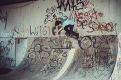 Die Person springend mit Skateboardstraße stockbild