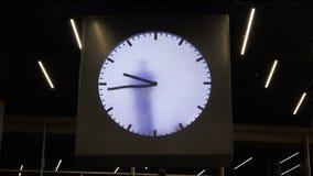 Die Person zeichnet die Hände der Uhr und simuliert Zeit stock footage
