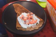 die Pfannkuchen kochen angefüllt mit Lachsen Lizenzfreie Stockfotos