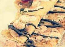 Die Pfannkuchen mit Hüttenkäse und Schokolade Lizenzfreie Stockfotos