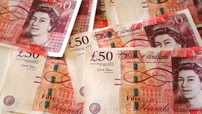 die 50-Pfund-Banknoten zerstreuten auf eine Tabelle, mit den Gesichtern von Matthew Boulton und von James Watt Stockfotografie