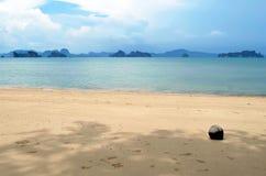 Die Phangnga-Bucht gesehen von einem schattigen Strand auf Yao Noi-Insel, Thailand lizenzfreies stockfoto