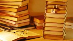 Die Phrase LAS MICH beschrieb mit Buchstaben auf Stapel Büchern Stoppen Sie Bewegung stock video