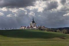 Die Pilgerfahrt Kirche an Zelena-hora in der Tschechischen Republik kurz vor Sturm, UNESCO-Welterbe Stockfotos
