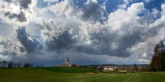 Die Pilgerfahrt Kirche an Zelena-hora in der Tschechischen Republik kurz vor Sturm, UNESCO-Welterbe Stockfoto
