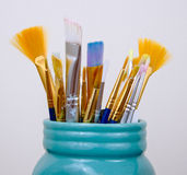 Die Pinsel des Künstlers in Mason Jar Stockfoto