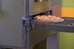 Die Pizza, die, italienische Pizza, die Bestandteile macht, backte, heißes gewürzt Lizenzfreies Stockfoto