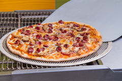 Die Pizza, die, italienische Pizza, die Bestandteile macht, backte, heißes gewürzt Stockfotografie