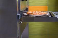 Die Pizza, die, italienische Pizza, die Bestandteile macht, backte, heißes gewürzt Stockfoto
