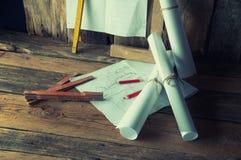 Die Pläne und die Werkzeuge des Tischlers Stockfoto
