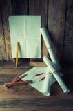 Die Pläne und die Werkzeuge des Tischlers Stockfotos